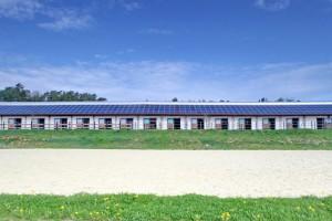 Reitplatz und Stallungen 2